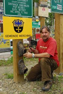 Weltreise Etappe Nordamerika - Klaus Schier mit Schild Gemeinde Merching